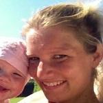 Christina Thomsen, socialrådgiver, er en af Hannes tennis-venner. Hun er gift med Søren Thomsen
