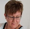 Susanne Malev, køkkenassistent, gift med Tom, der er kollega til Hanne og Kurt